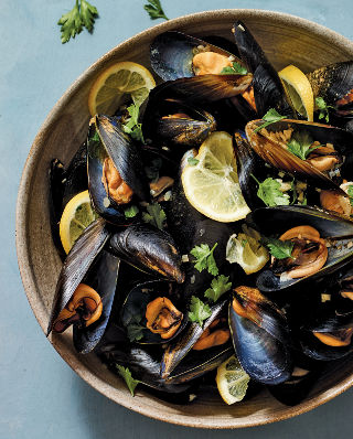 320_Garlicky Mussels_020_Siss_9781984822390_art_r1